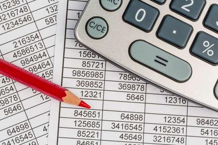 una calcolatrice è su un bilancio cifre sono statistiche. icona della foto per le vendite, il profitto e il costo.