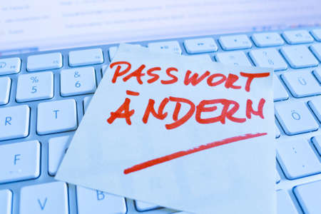 notieren: a sticky note is on the keyboard of a computer as a reminder: change password