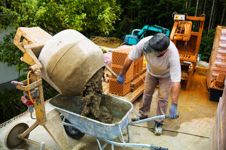 craftsman: una casa unifamiliar está construida de ladrillo de construcción sólida