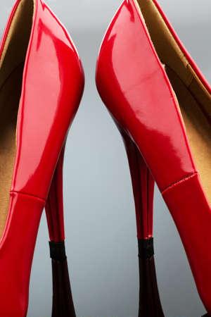 Rode hoge hakken, symboolfoto voor mode, elegantie en erotiek Stockfoto - 30677219
