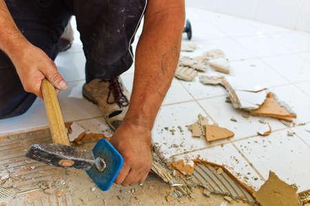 die Renovierung uind Renovierung eines Badezimmers mit einem Bauarbeiter Lizenzfreie Bilder