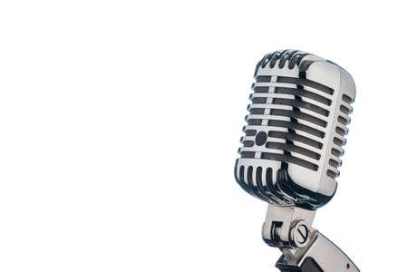microfono antiguo: un viejo micrófono retro sobre fondo blanco. Foto de archivo