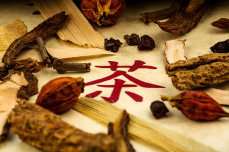 medicina tradicional china: ingredientes para una taza de té en la medicina tradicional china. cura de enfermedades por métodos alternativos. Foto de archivo