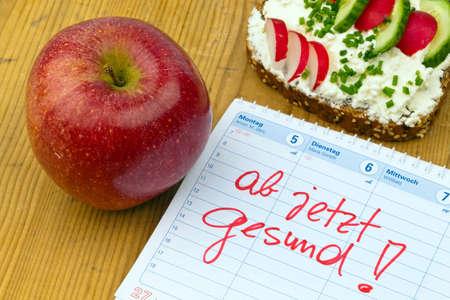 appel, meetlint, brood met groenten en een kalender.