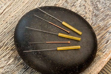 enkele naald voor acupunctuur zijn naast elkaar. traditionele Chinese geneeskunde (alternatieve geneeskunde).