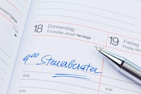 Een afspraak wordt in een kalender ingevoerd: belastingadviseur
