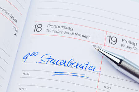 un rendez-vous est inscrite dans un calendrier: conseiller fiscal Banque d'images
