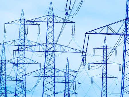 der Mast einer Hochspannungsleitung für Strom vor dunklen Wolken. Standard-Bild