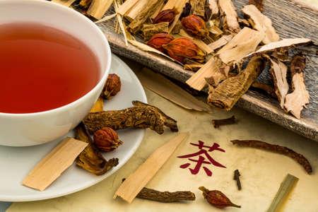 plantas medicinales: ingredientes para una taza de té en la medicina tradicional china. cura de enfermedades por métodos alternativos. Foto de archivo