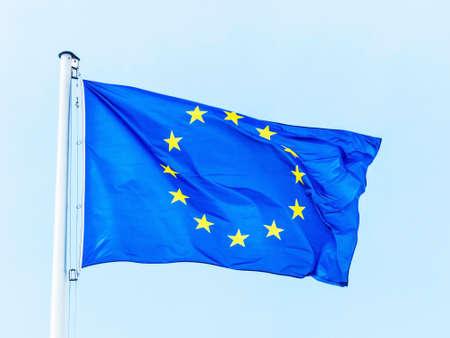 die Europäische Union Flagge weht im Wind. EU-Flagge Lizenzfreie Bilder