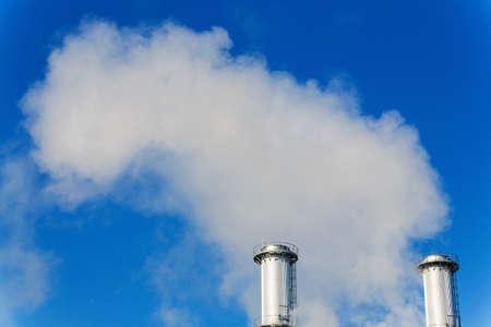 ózon: kémény egy ipari cég mikt füst. szimbólum fotó a környezetvédelem és az ózon. Stock fotó