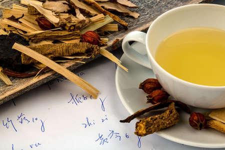 traditional chinese medicine: ingredientes para una taza de t� en la medicina tradicional china. cura de enfermedades por m�todos alternativos. Foto de archivo
