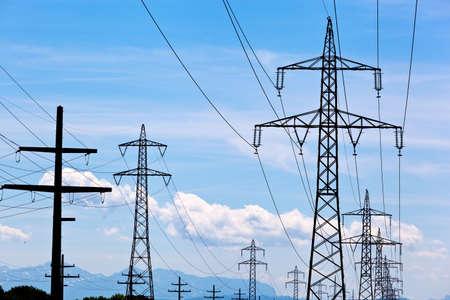 een hoogspanningsmasten voor elektriciteit tegen de blauwe hemel.