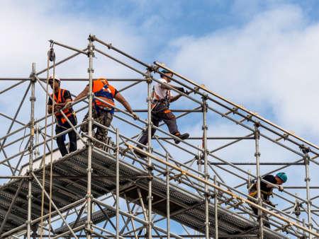 accidente trabajo: trabajador de la construcción en un andamio, foto símbolo de la construcción, auge de la construcción, la protección del trabajo