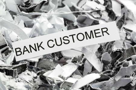 sigilo: papel picado marcados com cliente do banco, s�mbolo foto para destrui��o de dados, dados de clientes e sigilo banc�rio