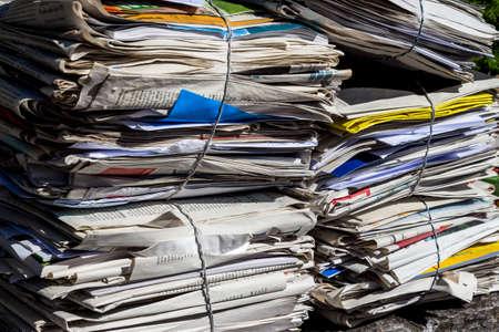 recoger: una pila de periódicos viejos listo para ser retirado por la eliminación de residuos de papel Foto de archivo