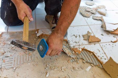 la rénovation rénovation de Uind une salle de bains par un travailleur de la construction