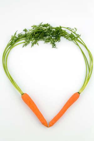 ein Herz aus biologischem Anbau Karotten gemacht. frisches Obst und Gemüse sind immer gesund. Symbol Foto für gesunde Ernährung.