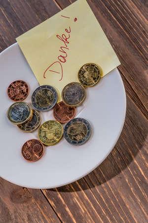 recoger: una placa de monedas para propinas o cobrar por los inodoros. en lengua alemana