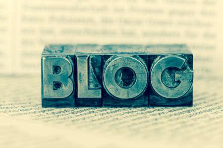 le mot blog écrit avec des lettres de plomb. Symbole photo pour le blog