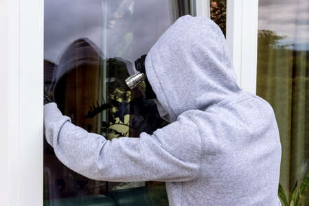 tried: a burglar tried to break at an open window with a crowbar