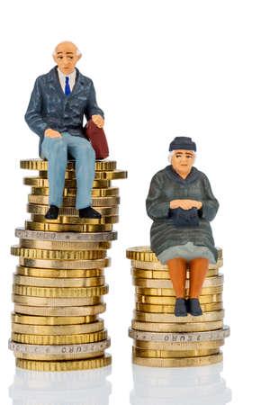 gepensioneerden en gepensioneerden zitten op geld stapel, symbool foto voor pensioen en ongelijkheid, Stockfoto