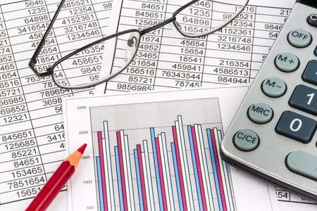Une calculatrice est sur un bilan chiffres sont des statistiques. Banque d'images - 33667442