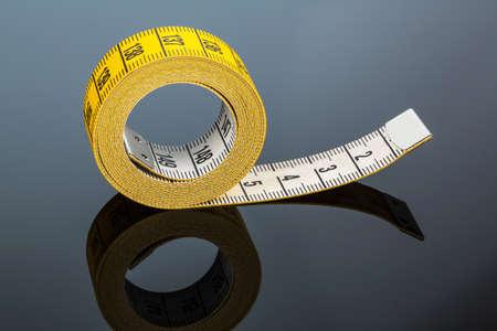 cintas metricas: cinta m�trica amarilla, foto simb�lica para el control de la dieta y de precisi�n