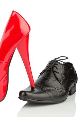 Women s shoes: giày của phụ nữ trên giày của nam giới, biểu tượng hình ảnh cho ly thân, ly dị và xung đột Kho ảnh