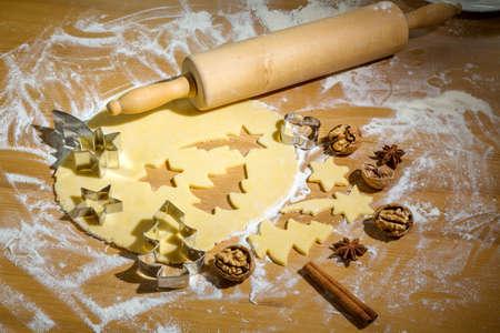 przewidywanie: pieczenia ciasteczek i ciastka na Boże Narodzenie. zapowiedzią przyjścia. Zdjęcie Seryjne