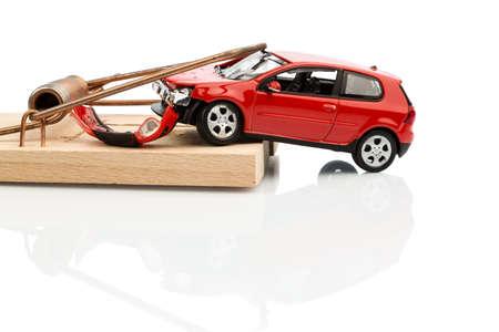 obligaciones: un modelo de coche en una ratonera, foto simb�lica de los gastos y pasivos de autom�viles