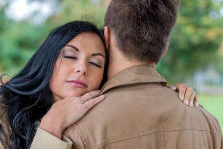 joie: ein junges, lachte liebtes Paar in einem Park