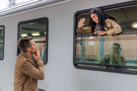 Parr bij aankomst of verabschiedeung op een platform op een station