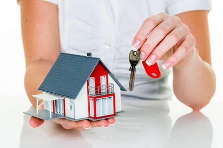 single familiy: un agente de la propiedad con una casa y una clave. leasing y caseros �xito de ventas por parte de agentes de bienes ra�ces.