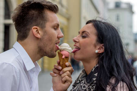 leis: una giovane coppia con una borsa di ghiaccio. coni gelato come un rinfresco in estate