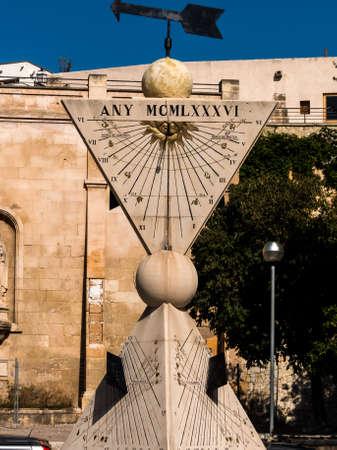 reloj de sol: un reloj de sol en la ciudad de Palma Mallora, España. Foto de archivo