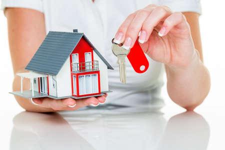 Een middel voor het pand met een huis en een sleutel. succesvolle leasing en vastgoed te koop door makelaars. Stockfoto - 34178971