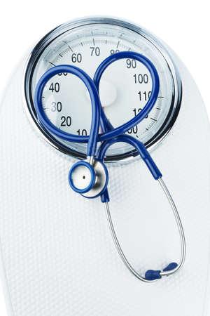 Stethoskop und Skala, Symbolfoto für Gewicht, Ernährung und Herzerkrankungen