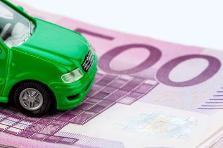 clavados: modelo de coche verde en billetes de banco, fotografía simbólica de alquiler de compra, financiamiento y costos