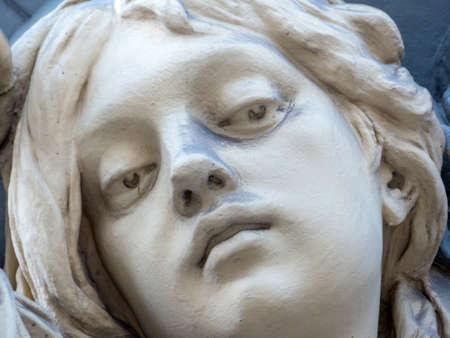 Skulptur in der Villa, weibliches Gesicht, close-up