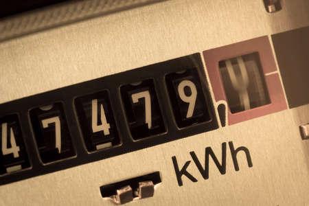 전기 계량기는 소비 전력을 측정한다. 현재 가격과 전류에 대한 상징적 인 사진을 저장 스톡 콘텐츠