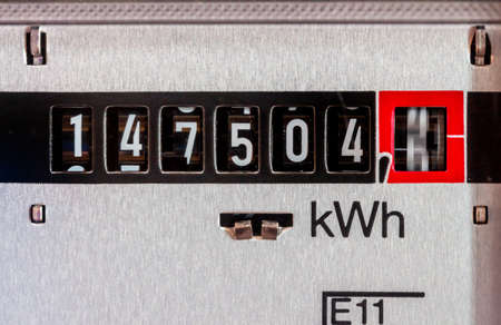 ein Stromzähler misst den Stromverbrauch. sparen Symbolfoto für aktuelle Preis und Strom Lizenzfreie Bilder