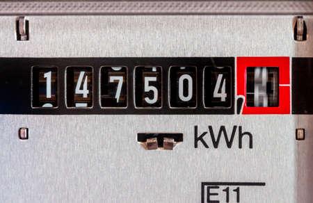 un contador de electricidad mide la electricidad consumida. guardar la foto simbólica por el precio actual y la corriente