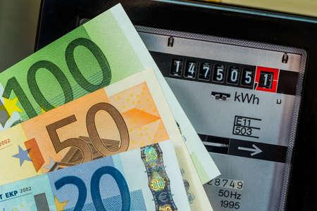 factura: un contador de electricidad mide la electricidad consumida. guardar la foto simb�lica por el precio actual y la corriente