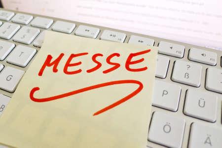expositor: una nota en el teclado de una computadora como un recordatorio justo