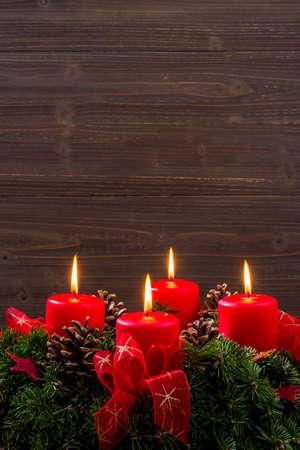 Una corona de Adviento para Navidad asegura humor romatinsche en la llegada silenciosa. Foto de archivo - 34334565