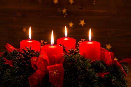 En adventkran till jul garanterar romatinsche humör i den tysta adventen. Stockfoto - 34336306