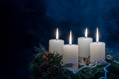Ein Adventskranz für Weihnachten sorgt für romatinsche Stimmung im stillen Aufkommen. Lizenzfreie Bilder