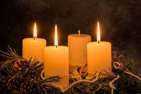 corona de adviento: una corona de Adviento para Navidad asegura humor romatinsche en la llegada silenciosa.
