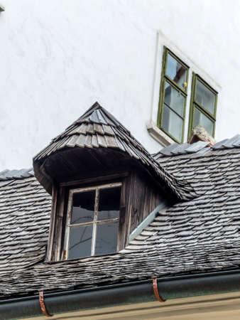dormer: casa antigua con buhardilla y tejas. arquitectura antigua revivi�.